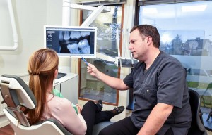 Tandläkare Henrik Werner tillsammans med patient.